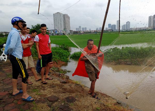 Sau mưa bão, người Hà Nội cất vó đánh cá cạnh các Khu đô thị mới - Ảnh 3.