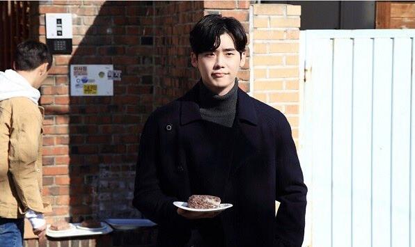 Lee Jong Suk mang bánh đến nhà, Suzy tránh như tránh tà - Ảnh 2.