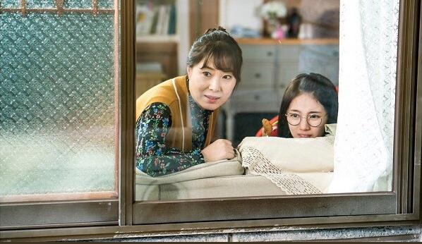 Lee Jong Suk mang bánh đến nhà, Suzy tránh như tránh tà - Ảnh 4.