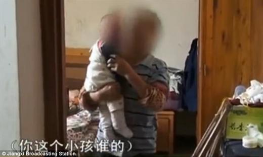 Cha rao bán con 2 tháng tuổi lấy tiền mua điện thoại xịn và quần áo nịnh nhân tình - Ảnh 2.
