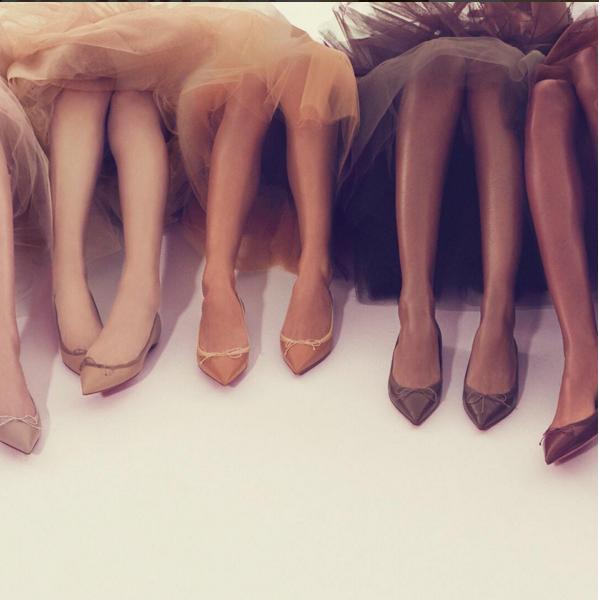 Ông hoàng giày đế đỏ Christian Louboutin lại tung mẫu sandals nude bất chấp mọi khoảng cách về màu da - Ảnh 1.