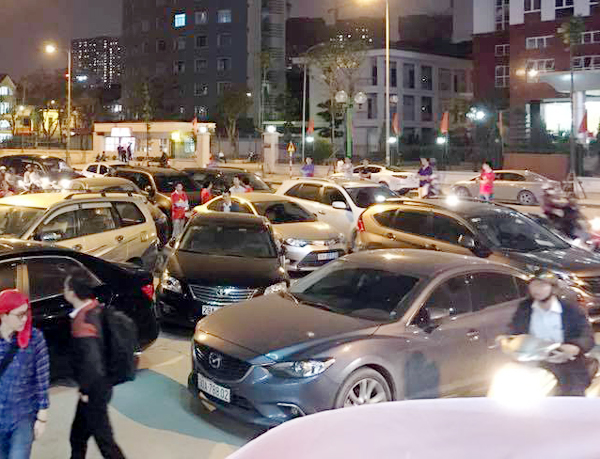 Hà Nội: Chủ đầu tư chặn hầm, không cho ô tô vào chung cư Hồ Gươm Plaza khiến giao thông tắc nghẽn - Ảnh 1.