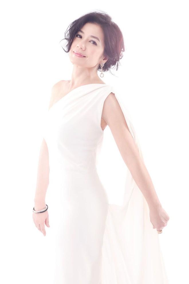 Chung Sở Hồng: Từ cô đào Hong Kong nóng bỏng giải nghệ để làm vợ đại gia đến góa phụ quyến rũ - Ảnh 24.