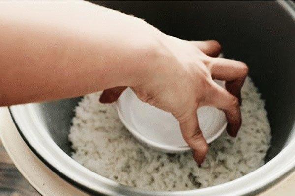 Đặt bát nước lạnh vào nồi cơm chỉ 2 phút thôi, kết quả chẳng thể nào tuyệt vời hơn - Ảnh 1.