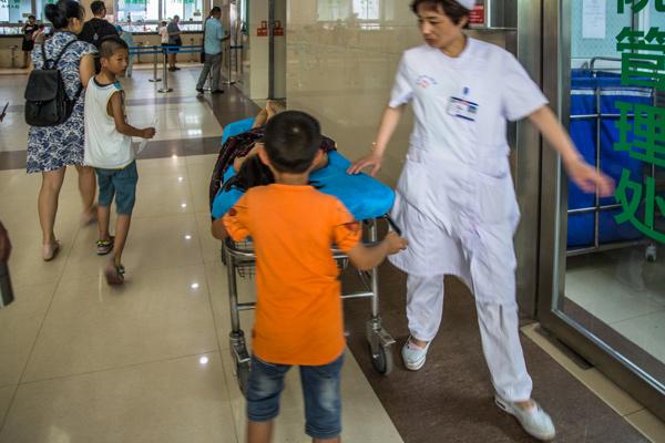 Bố mẹ bỏ đi biệt tích, bé 7 tuổi một mình chăm chị gái trên giường bệnh - Ảnh 6.