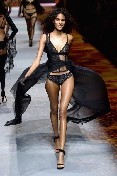 Thiên thần da đen sexy nhất hành tinh Cindy Bruna đã làm cách này để sở hữu bụng phẳng, giữ dáng đẹp nuột nà - Ảnh 1.