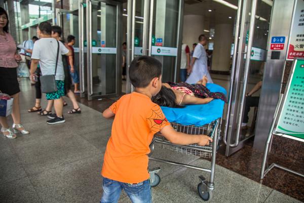 Bố mẹ bỏ đi biệt tích, bé 7 tuổi một mình chăm chị gái trên giường bệnh - Ảnh 5.