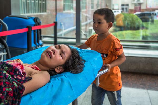 Bố mẹ bỏ đi biệt tích, bé 7 tuổi một mình chăm chị gái trên giường bệnh - Ảnh 3.