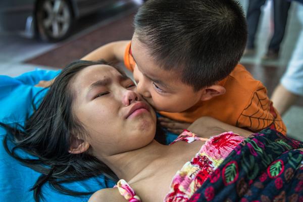 Bố mẹ bỏ đi biệt tích, bé 7 tuổi một mình chăm chị gái trên giường bệnh - Ảnh 4.