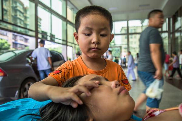 Bố mẹ bỏ đi biệt tích, bé 7 tuổi một mình chăm chị gái trên giường bệnh - Ảnh 1.