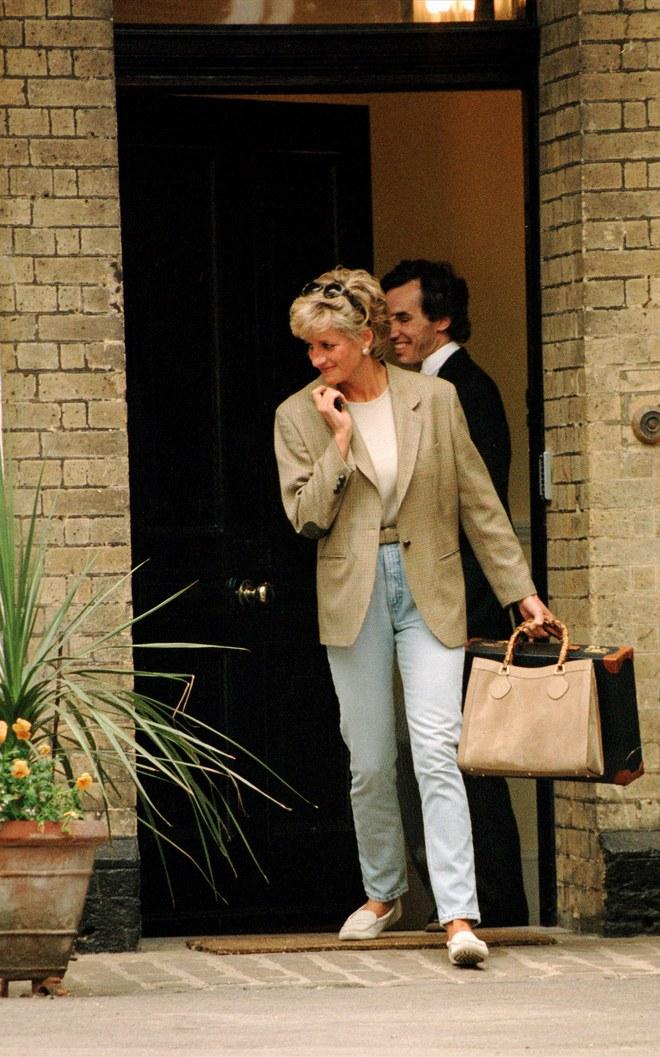 Đẹp như công nương Diana thì chỉ mặc quần jeans cũng xuất sắc hơn người - Ảnh 2.