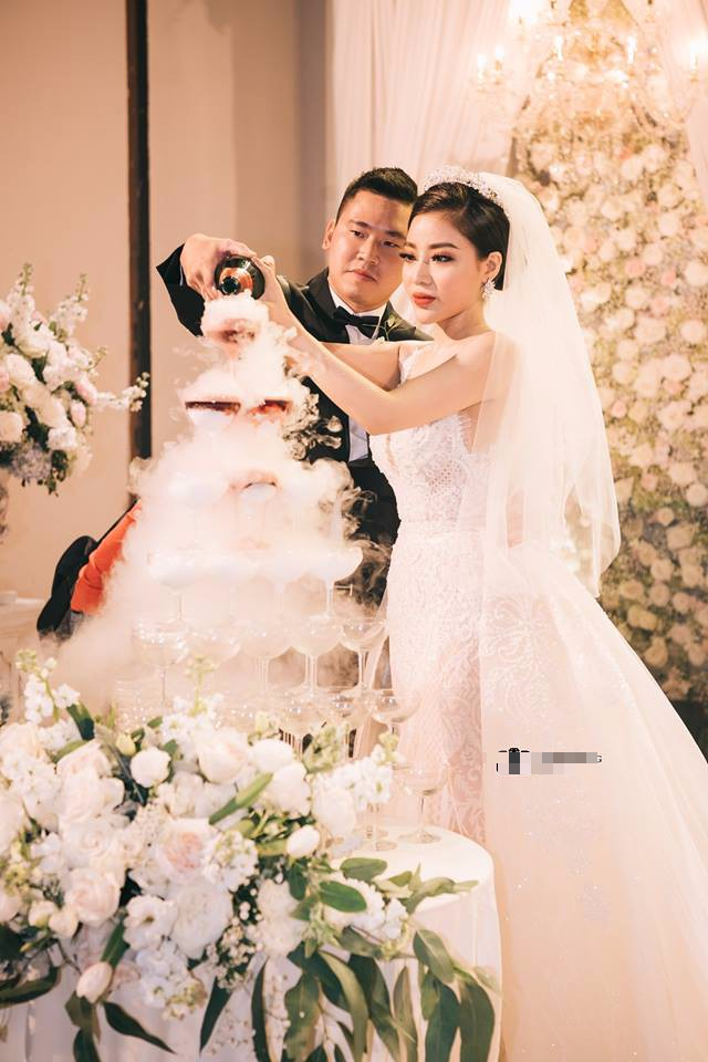 Đám cưới sang chảnh với 10.000 bông hoa tươi và váy đính 5.000 pha lê của cô dâu xinh đẹp - Ảnh 18.