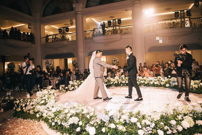Đám cưới sang chảnh với 10.000 bông hoa tươi và váy đính 5.000 pha lê của cô dâu xinh đẹp - Ảnh 10.