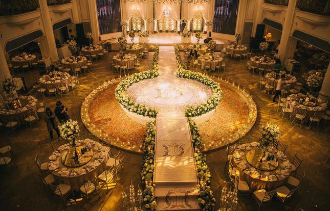 Đám cưới sang chảnh với 10.000 bông hoa tươi và váy đính 5.000 pha lê của cô dâu xinh đẹp - Ảnh 5.