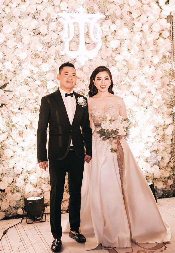 Đám cưới sang chảnh với 10.000 bông hoa tươi và váy đính 5.000 pha lê của cô dâu xinh đẹp - Ảnh 6.