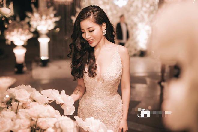 Đám cưới sang chảnh với 10.000 bông hoa tươi và váy đính 5.000 pha lê của cô dâu xinh đẹp - Ảnh 19.