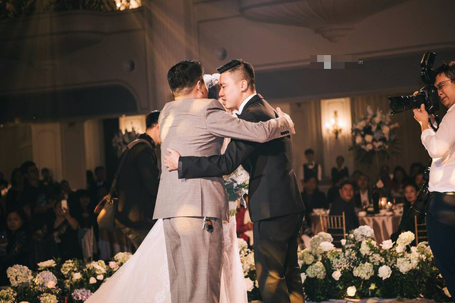 Đám cưới sang chảnh với 10.000 bông hoa tươi và váy đính 5.000 pha lê của cô dâu xinh đẹp - Ảnh 11.