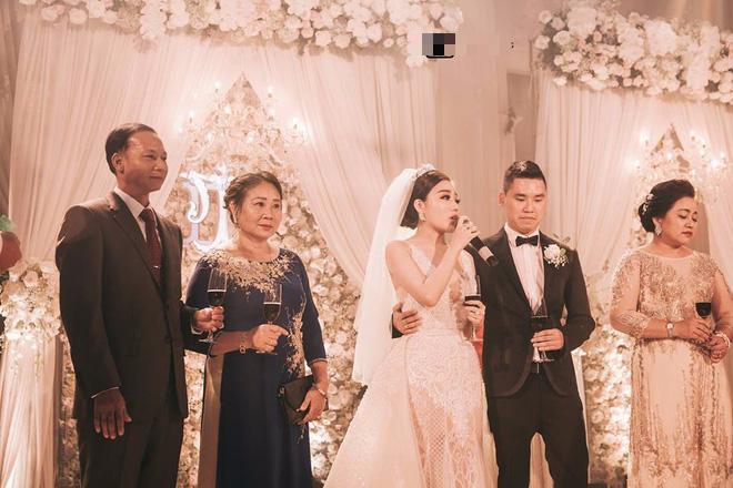 Đám cưới sang chảnh với 10.000 bông hoa tươi và váy đính 5.000 pha lê của cô dâu xinh đẹp - Ảnh 12.