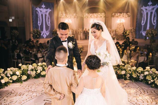 Đám cưới sang chảnh với 10.000 bông hoa tươi và váy đính 5.000 pha lê của cô dâu xinh đẹp - Ảnh 8.