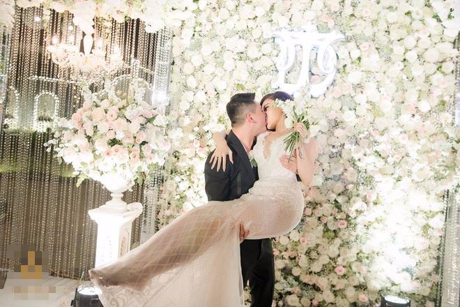Đám cưới sang chảnh với 10.000 bông hoa tươi và váy đính 5.000 pha lê của cô dâu xinh đẹp - Ảnh 17.