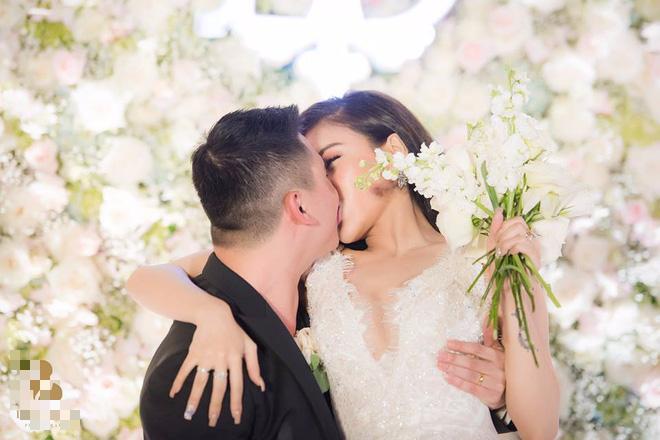 Đám cưới sang chảnh với 10.000 bông hoa tươi và váy đính 5.000 pha lê của cô dâu xinh đẹp - Ảnh 16.