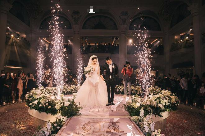 Đám cưới sang chảnh với 10.000 bông hoa tươi và váy đính 5.000 pha lê của cô dâu xinh đẹp - Ảnh 15.