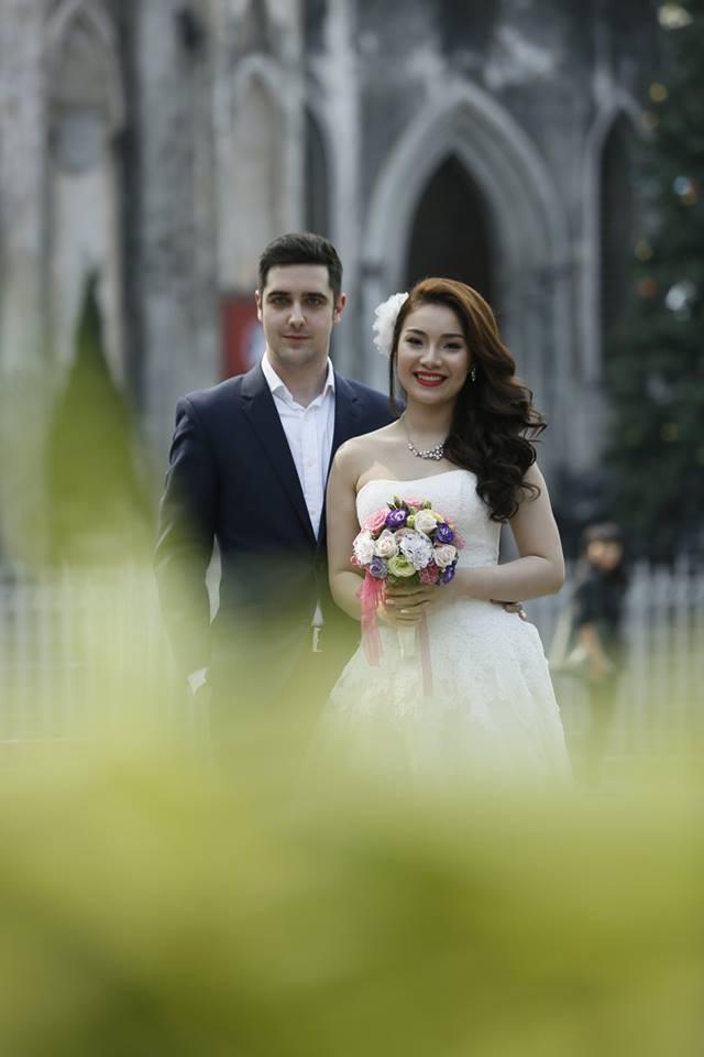 Đám cưới trong lâu đài cổ giữa đất Séc của nữ tiếp viên hàng không xinh đẹp và chàng doanh nhân điển trai - Ảnh 2.