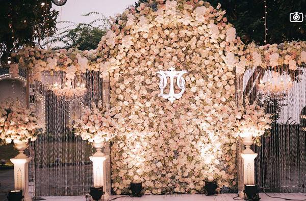 Đám cưới sang chảnh với 10.000 bông hoa tươi và váy đính 5.000 pha lê của cô dâu xinh đẹp - Ảnh 2.