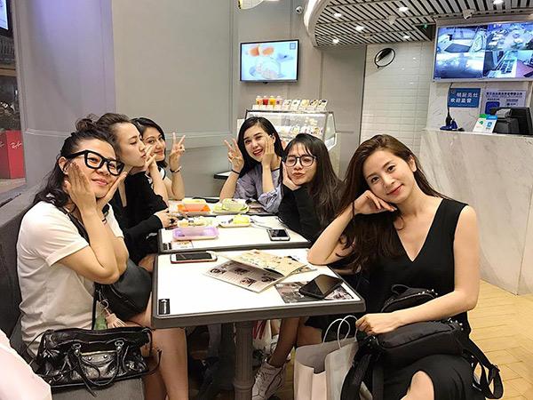 Nhóm bạn thân 6 hotmom Hà Nội trẻ xinh, kinh doanh giỏi, du lịch nước ngoài như đi chợ khiến chị em ngưỡng mộ - Ảnh 2.