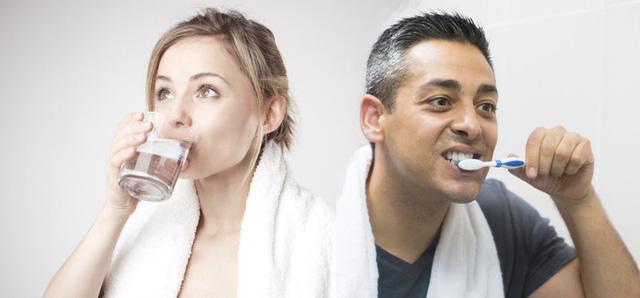 Đánh răng hay uống nước trước sau khi ngủ dậy vào sáng sớm? Câu hỏi đến 90% người trả lời sai - Ảnh 1.