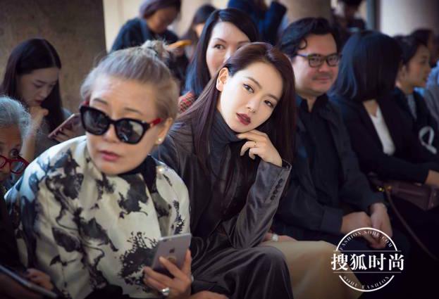 Lưu Thi Thi diện đồ ngầu, để tóc ngắn tua tủa nổi bật tại Tuần lễ thời trang Milan - Ảnh 12.