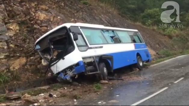 Xe khách chở hơn 30 người đi tham quan lao vào vách núi khi đang đổ đèo, nhiều người bị thương - Ảnh 3.