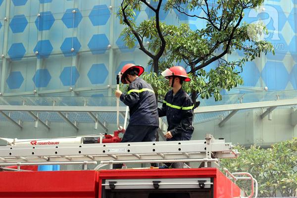 Dân văn phòng tá hỏa chạy thoát khỏi đám cháy giả định tại tòa nhà cao thứ 2 Việt Nam - Ảnh 8.