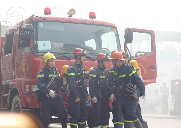 Dân văn phòng tá hỏa chạy thoát khỏi đám cháy giả định tại tòa nhà cao thứ 2 Việt Nam - Ảnh 10.