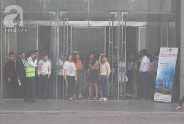 Dân văn phòng tá hỏa chạy thoát khỏi đám cháy giả định tại tòa nhà cao thứ 2 Việt Nam - Ảnh 6.