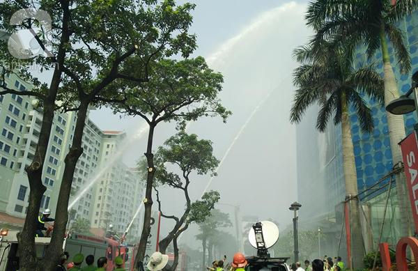 Dân văn phòng tá hỏa chạy thoát khỏi đám cháy giả định tại tòa nhà cao thứ 2 Việt Nam - Ảnh 14.