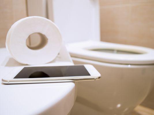 Dùng điện thoại di động thế này sẽ bẩn gấp 10 lần bồn cầu và cách giữ điện thoại sạch sẽ - Ảnh 2.