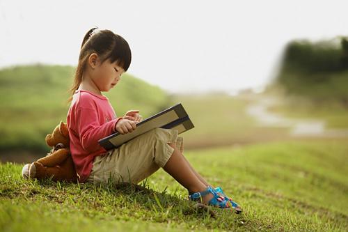 Dù trẻ đã biết đọc, bố mẹ vẫn nên đọc sách cho con nghe vì những lợi ích sau - Ảnh 2.