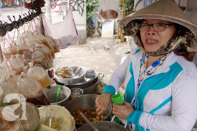 Chiều mát rượi đi ăn chè 22 món, nghe cô Lộc kể chuyện hơn 40 năm giữ xe chè chỉ để... trả ơn Sài Gòn - Ảnh 7.