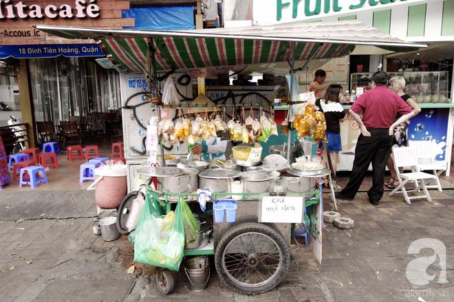 Chiều mát rượi đi ăn chè 22 món, nghe cô Lộc kể chuyện hơn 40 năm giữ xe chè chỉ để... trả ơn Sài Gòn - Ảnh 1.