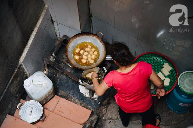 Khám phá hàng cháo lòng đậu xanh 30 năm tuổi trên phố Lò Sũ, nắng hay mưa vẫn đông nghẹt khách - Ảnh 7.