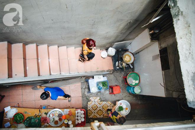 Khám phá hàng cháo lòng đậu xanh 30 năm tuổi trên phố Lò Sũ, nắng hay mưa vẫn đông nghẹt khách - Ảnh 4.