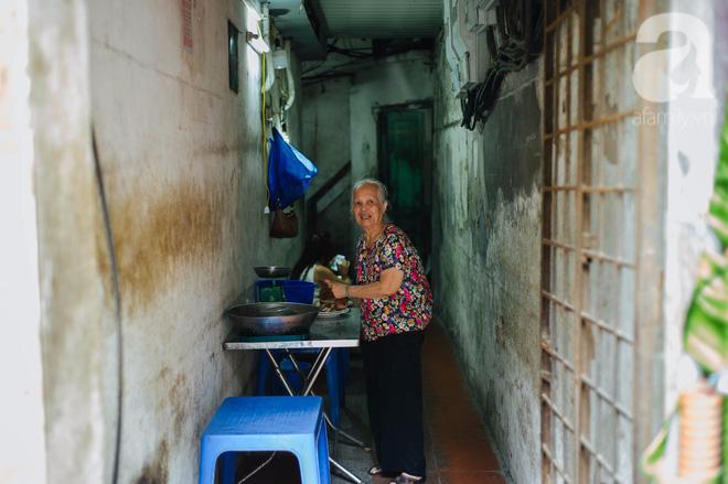 Khám phá hàng cháo lòng đậu xanh 30 năm tuổi trên phố Lò Sũ, nắng hay mưa vẫn đông nghẹt khách - Ảnh 1.