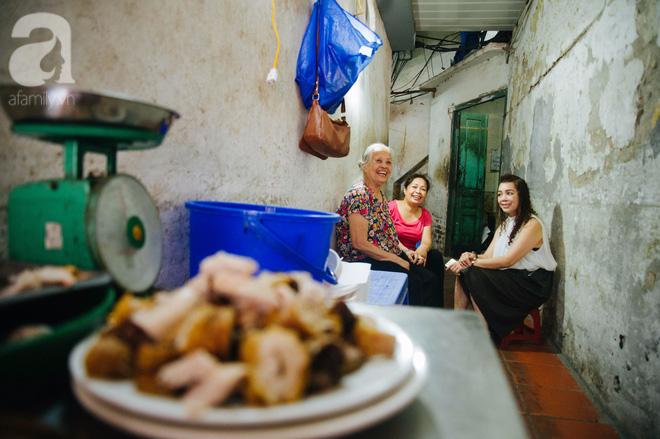 Khám phá hàng cháo lòng đậu xanh 30 năm tuổi trên phố Lò Sũ, nắng hay mưa vẫn đông nghẹt khách - Ảnh 12.