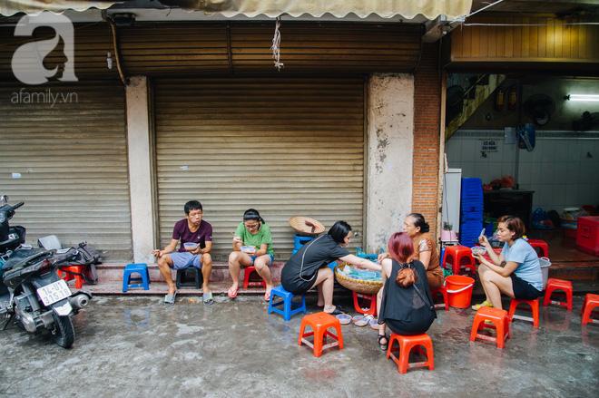 Hàng nộm bò khô không tên phố Gầm Cầu khiến người Hà Nội nghiện suốt 30 năm - Ảnh 1.