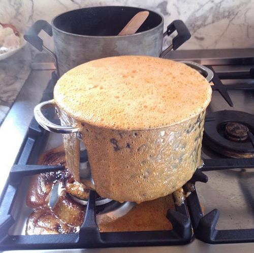 Thắng nước màu mà đường cháy bám bếp, bám nồi cỡ nào cũng sạch trong vài phút  - Ảnh 2.