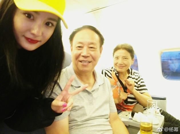 Dương Mịch khoe hình ảnh trẻ như sinh viên khi gặp lại thầy cô - Ảnh 1.