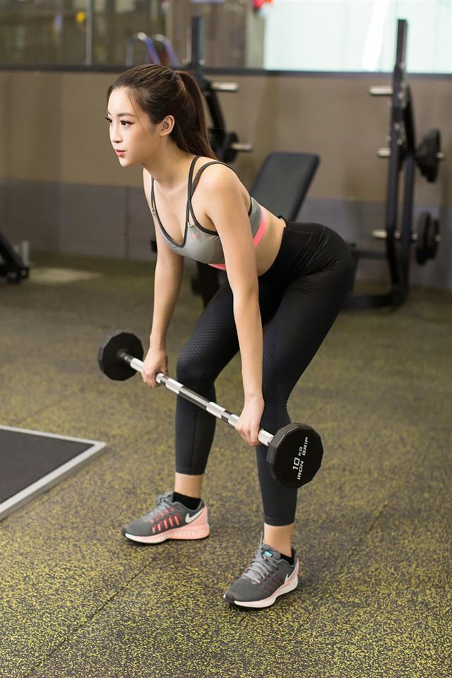 Chiêu đứng tạo dáng gợi cảm đã xưa rồi, giờ sao Việt toàn tranh thủ các động tác tập gym hay yoga để khoe body sexy - Ảnh 9.