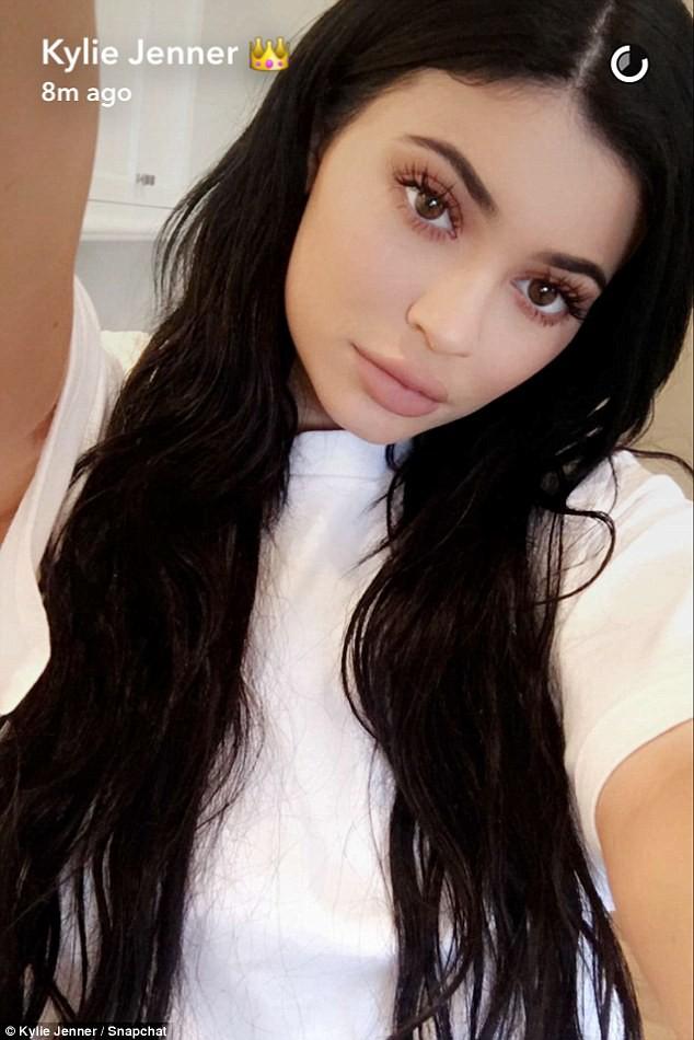 Cả showbiz Việt bây giờ toàn chạy theo phong cách trang điểm mắt đậm môi tều giống Kylie Jenner - Ảnh 3.