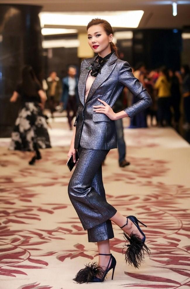 Không ngờ các người đẹp Việt lại có cách diện suit táo bạo như thế này - Ảnh 5.